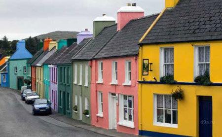 Улица с окрашенными домами
