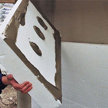 Нанесение клея на лист пенопласта