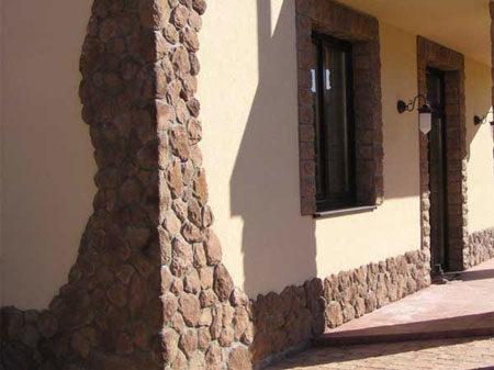 Камень и штукатурка в отделке фасада